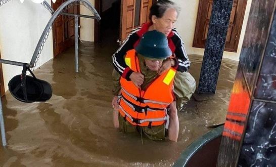 Quảng Bình: Chủ tịch xã qua đời vì nhiễm trùng sau nhiều ngày dầm lũ giúp dân