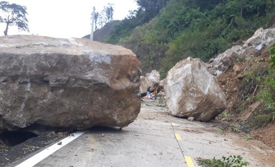 Kon Tum: Hãi hùng những tảng đá khổng lồ lăn từ trên núi xuống đường