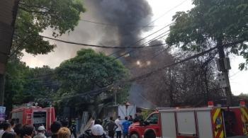 Hà Nội: Bãi phế liệu bốc cháy ngùn ngụt, 1 chiến sĩ cứu hỏa bị thương