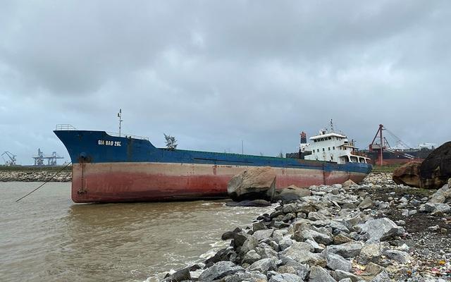 Bảo vệ tàu 2.800 tấn mắc cạn trước bão số 13 - 1