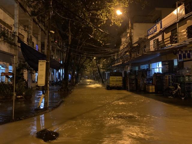 Đà Nẵng: Lần đầu có cảnh nước sông Hàn dâng cao, tràn lên đường - 3