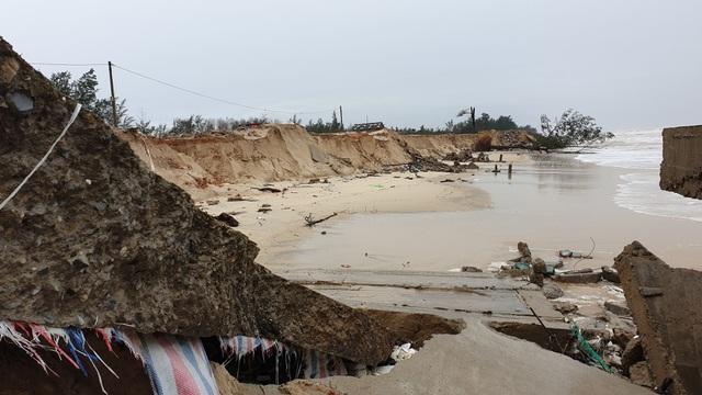 Bão số 13 tàn phá nhiều tuyến đê, kè biển miền Trung - 1