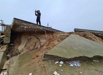 Bão số 13 tàn phá nhiều tuyến đê, kè biển miền Trung