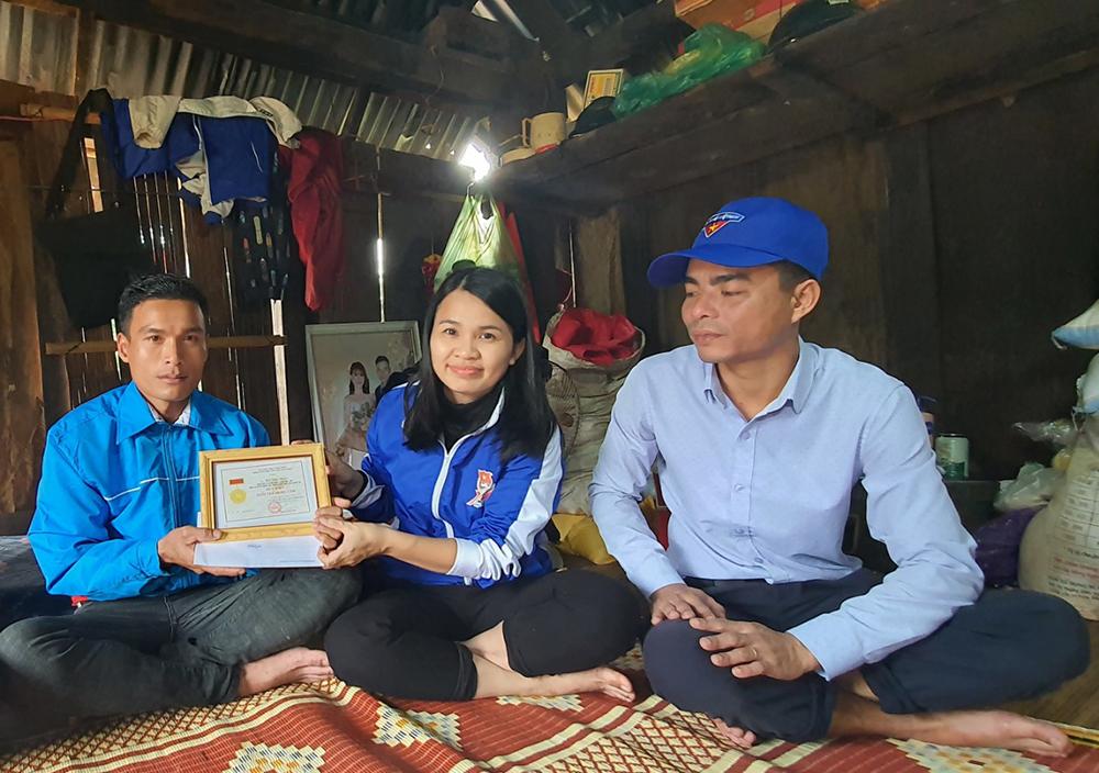 Thanh niên Quảng Trị cứu người trong mưa lũ nhận huy hiệu Tuổi trẻ dũng cảm