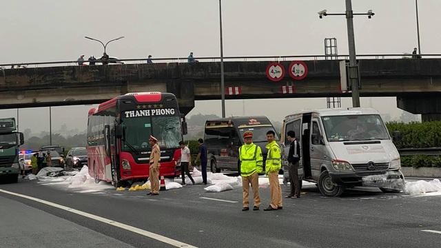 Hà Nội: Hàng chục bao bột đá rơi trên cao tốc, 2 xe khách lĩnh chưởng - 1