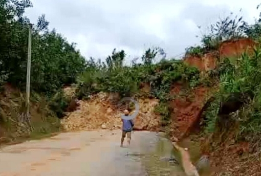 Lại sạt lở núi, đất đá trút xuống chất thành đống, chia cắt quốc lộ 40B
