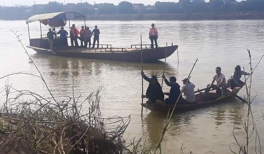 Trắng đêm tìm người lái đò rơi xuống sông Lam