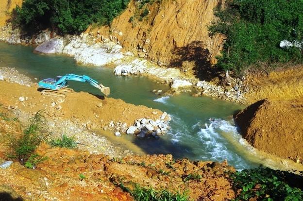 Đắp đập dài 15m tại sông Rào Trăng 3 để tìm kiếm nạn nhân vụ sạt lở