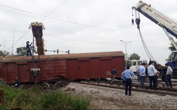 Tàu hỏa trật bánh khỏi đường ray, 2 toa tàu bị văng ra ngoài