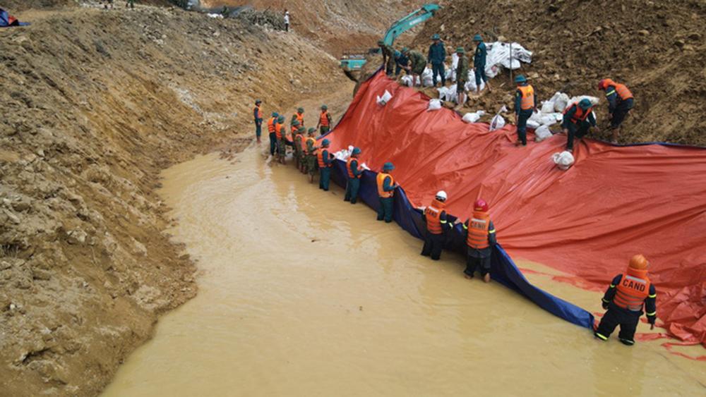 Hoàn thành việc đắp đập, nắn dòng Rào Trăng 3 để tìm kiếm 12 nạn nhân mất tích