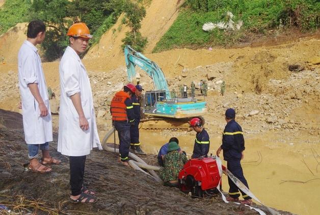 Tìm thấy áo quần, vật dụng của công nhân dưới lòng sông Rào Trăng
