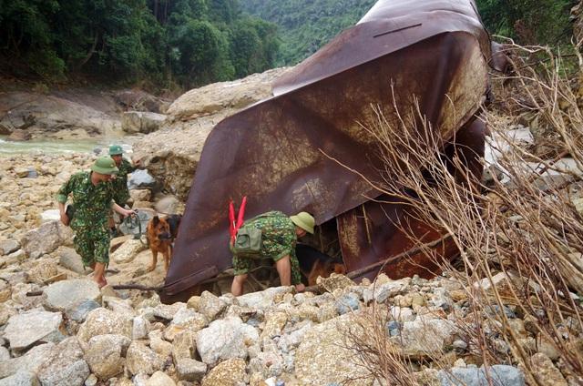 Tìm thấy áo quần, vật dụng của công nhân dưới lòng sông Rào Trăng - 6