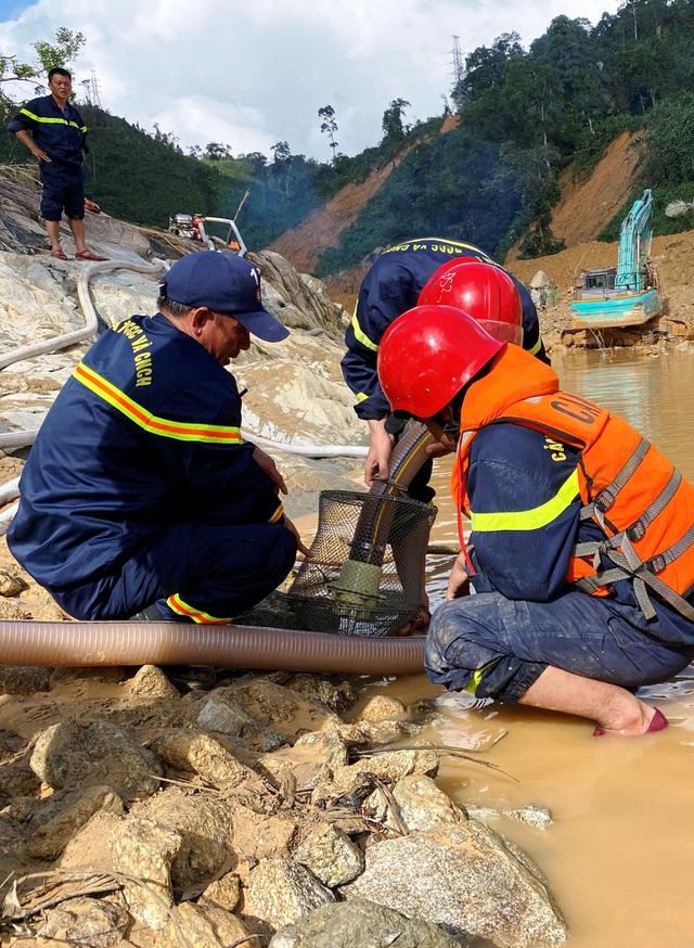 Tìm thấy áo quần, vật dụng của công nhân dưới lòng sông Rào Trăng - 10