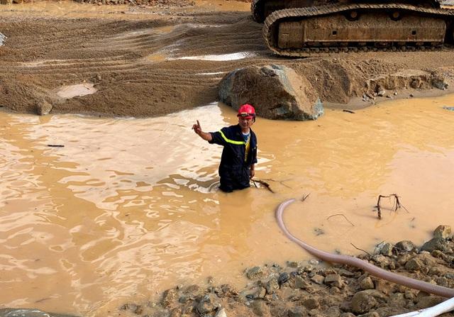 Tìm thấy áo quần, vật dụng của công nhân dưới lòng sông Rào Trăng - 11