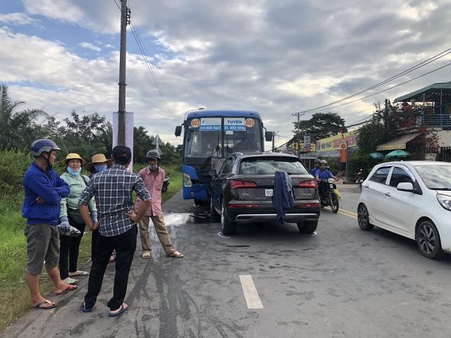 Hành khách khiếp vía khi ô tô tông trực diện vào xe buýt - 1