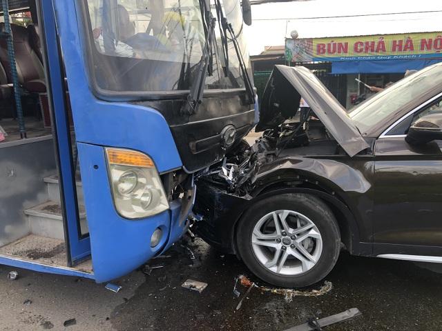 Hành khách khiếp vía khi ô tô tông trực diện vào xe buýt - 2