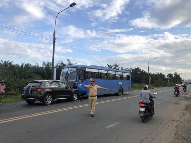 Hành khách khiếp vía khi ô tô tông trực diện vào xe buýt - 3