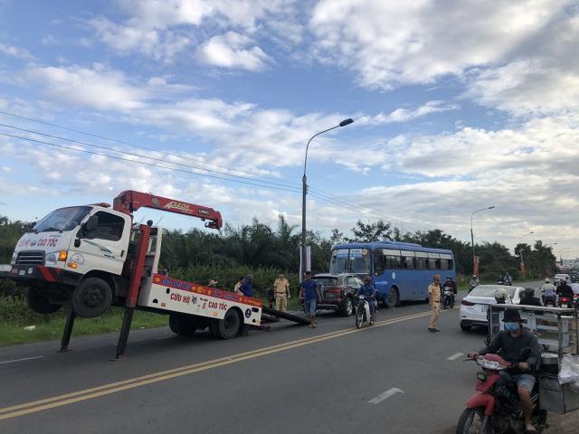 Hành khách khiếp vía khi ô tô tông trực diện vào xe buýt - 4