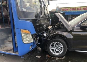 Hành khách khiếp vía khi ô tô tông trực diện vào xe buýt