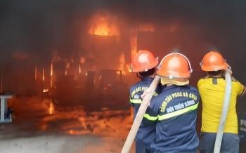 Hàng trăm người cứu kho hàng bốc cháy ngùn ngụt