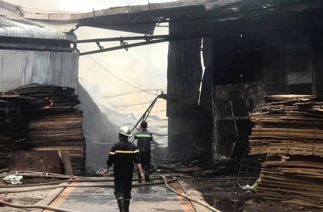 Cháy lớn tại cơ sở làm ván ép, gần 1.000m2 nhà xưởng đổ sập - 1