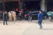 Kinh hoàng ô tô chạy lấn làn húc bay người đi xe máy lên nóc nhà
