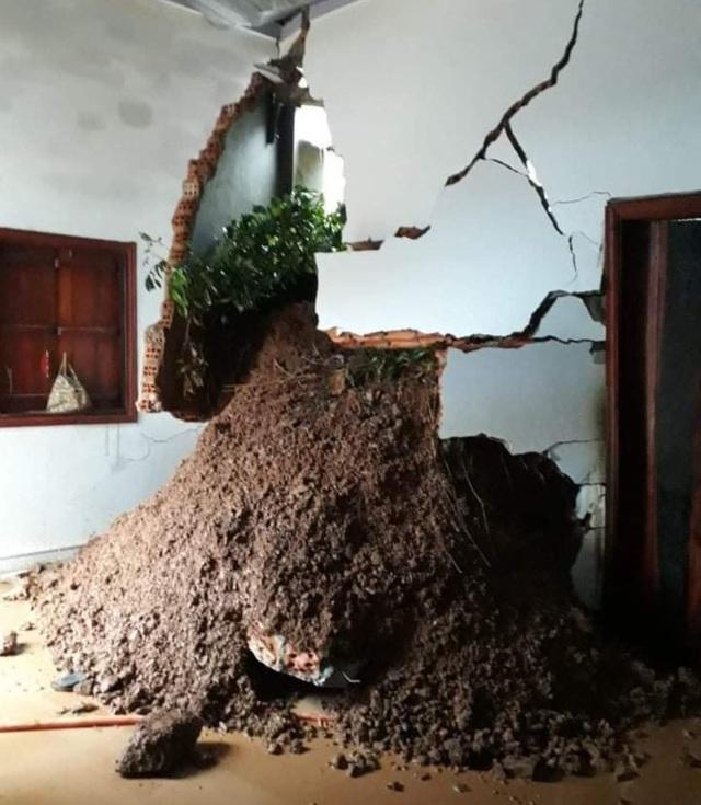 Sạt lở núi khiến 3 căn nhà đổ sập, nhiều nhà bị vùi lấp một phần - 4