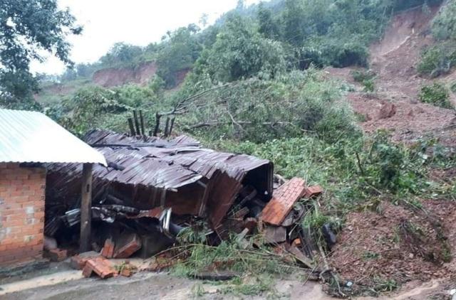 Sạt lở núi khiến 3 căn nhà đổ sập, nhiều nhà bị vùi lấp một phần - 1