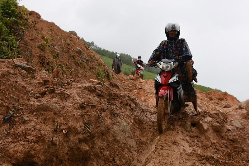 Quảng Ngãi: Núi tiếp tục lở ở huyện Sơn Tây, hàng chục học sinh phải nghỉ học