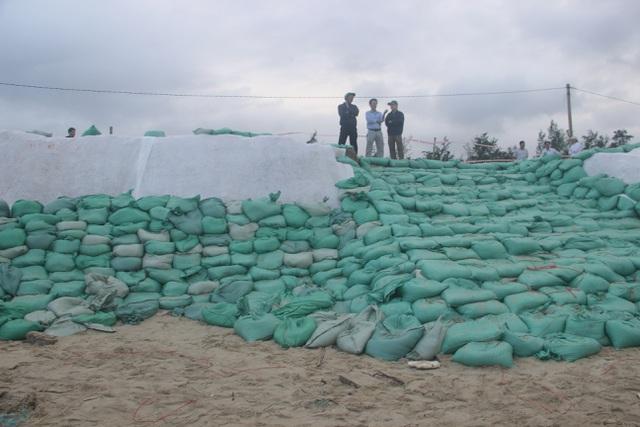 Bờ biển sạt lở nặng được gia cố tạm bằng bao cát - 3
