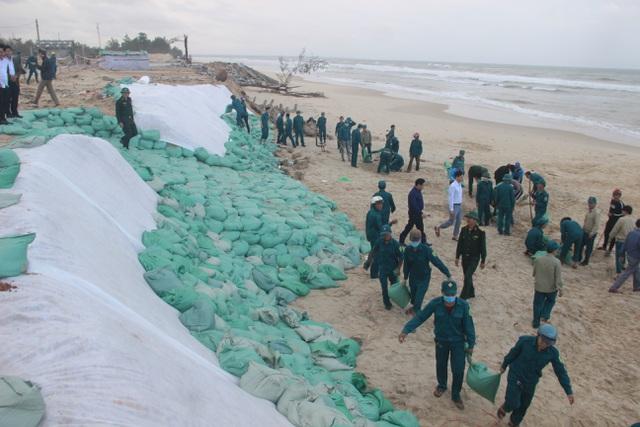 Bờ biển sạt lở nặng được gia cố tạm bằng bao cát - 2