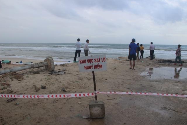 Bờ biển sạt lở nặng được gia cố tạm bằng bao cát - 5