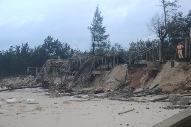 Bờ biển sạt lở nặng được gia cố tạm bằng bao cát - 4