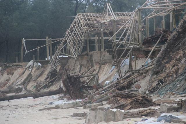 Bờ biển sạt lở nặng được gia cố tạm bằng bao cát - 8