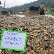 Hàng nghìn m3 đất đá sạt lở chẹn cửa ngõ phía bắc Nha Trang
