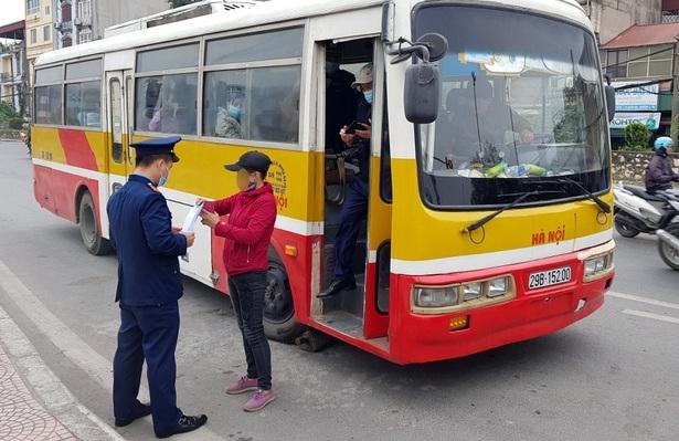 """Xe khách """"nhái"""" xe buýt, vô tư đón trả khách trong trạm trung chuyển"""