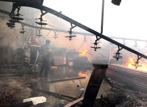 Hai công ty gỗ bị lửa thiêu rụi ở Bình Dương