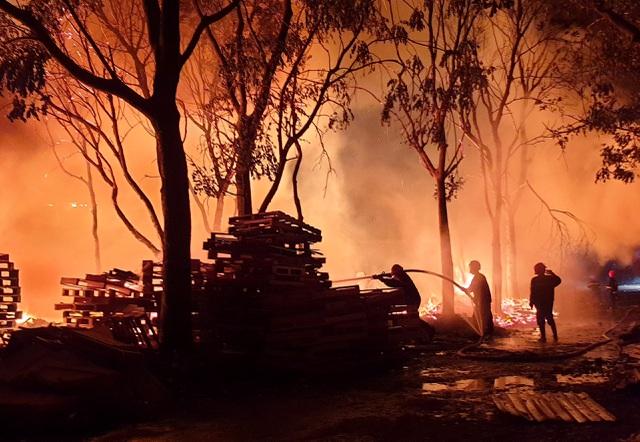 Cơ sở pallet cháy dữ dội trong đêm, gần 1.000m2 nhà xưởng đổ sập - 3