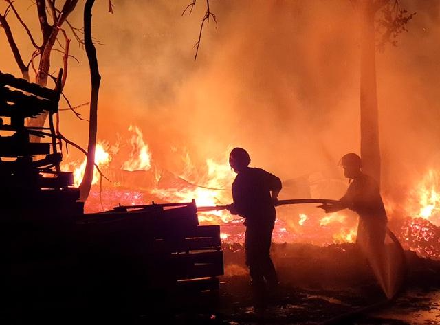 Cơ sở pallet cháy dữ dội trong đêm, gần 1.000m2 nhà xưởng đổ sập - 4