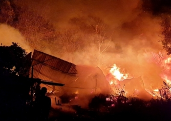 Cơ sở pallet cháy dữ dội trong đêm, gần 1.000m2 nhà xưởng đổ sập