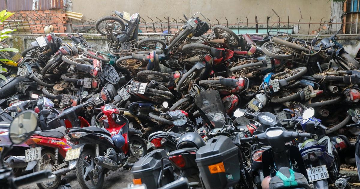 Hơn 500 chiếc xe máy vô chủ chất đống trong bến xe