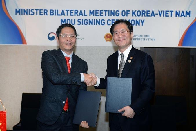 Bộ trưởng Bộ Công thương Trần Tuấn Anh cùng Bộ trưởng Hàn Quốc tại cuộc họp Hỗn hợp giữa hai nước