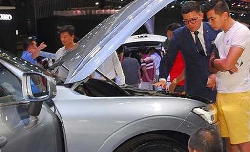 Nghịch cảnh chợ ô tô: Giám đốc kiêm nhân viên bán hàng, bảo vệ, rửa xe...