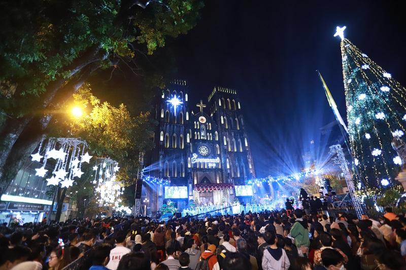 Người dân Hà Nội nô nức đón đêm Giáng sinh an lành