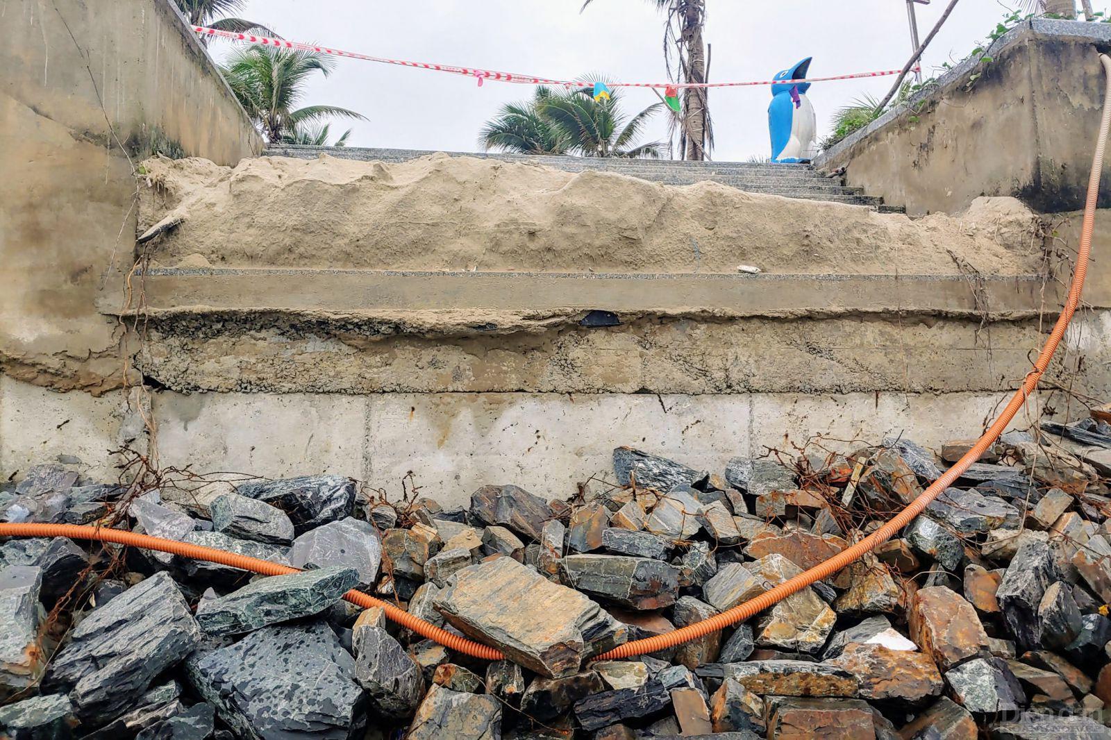 Đá và bê tông trơ ra khi không còn lớp cát.