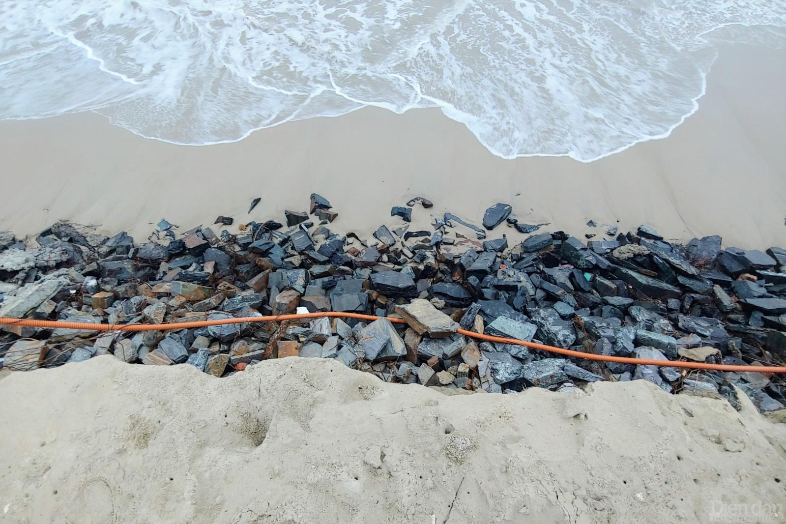 Lớp đá dưới cùng để giữ cát trơ ra, phía trên là phần cát còn đọng lại trên cầu thang xuống biển.