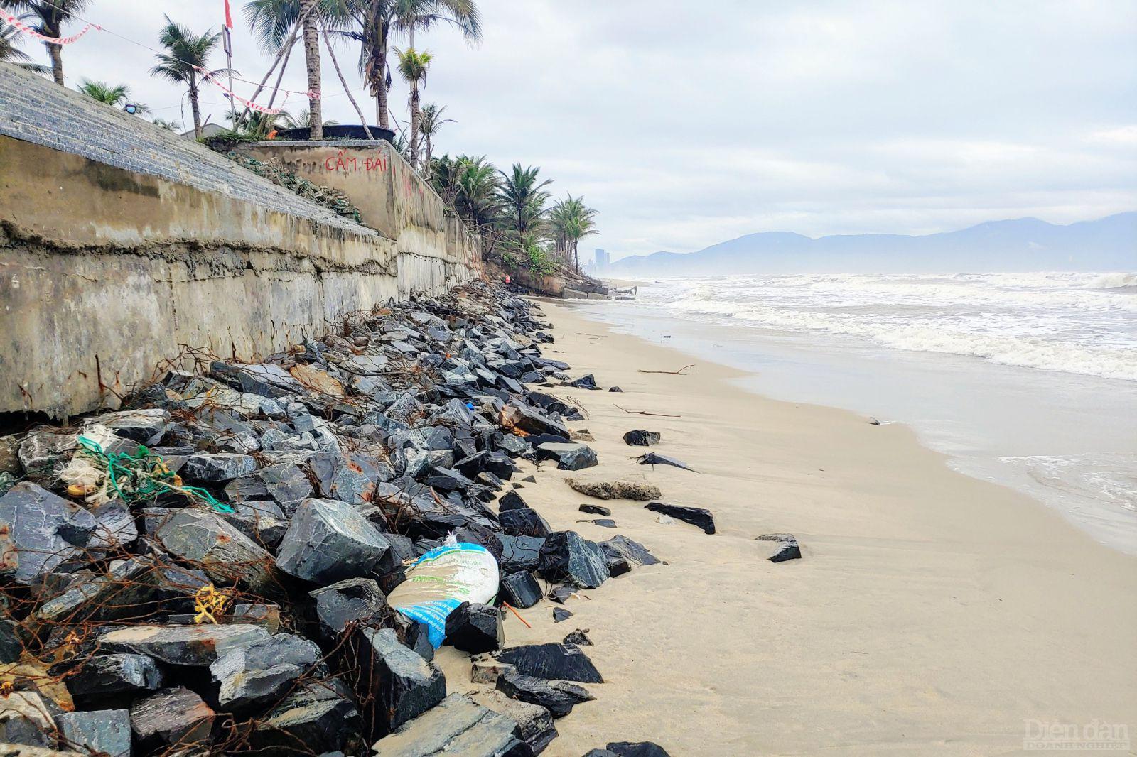 Các lỗi xuống biển tại bãi tắm Sơ Thủy chẳng còn nữa, lớp đá giữ cát dưới cùng đã bị trơ ra.