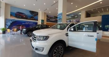 """Được giảm giá trăm triệu đồng, vì sao khách Việt vẫn """"sợ"""" mua xe cuối năm?"""