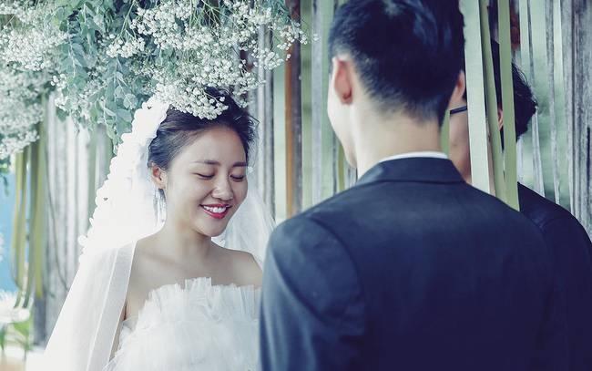 Sao Việt 21/1: Văn Mai Hương mặc váy cưới gợi cảm cầu hôn bạn trai