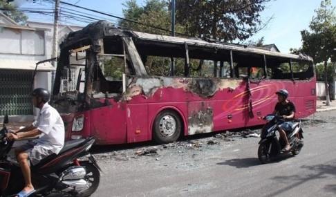 Tin tức 1/2: Xe giường nằm cháy rụi ở Vũng Tàu
